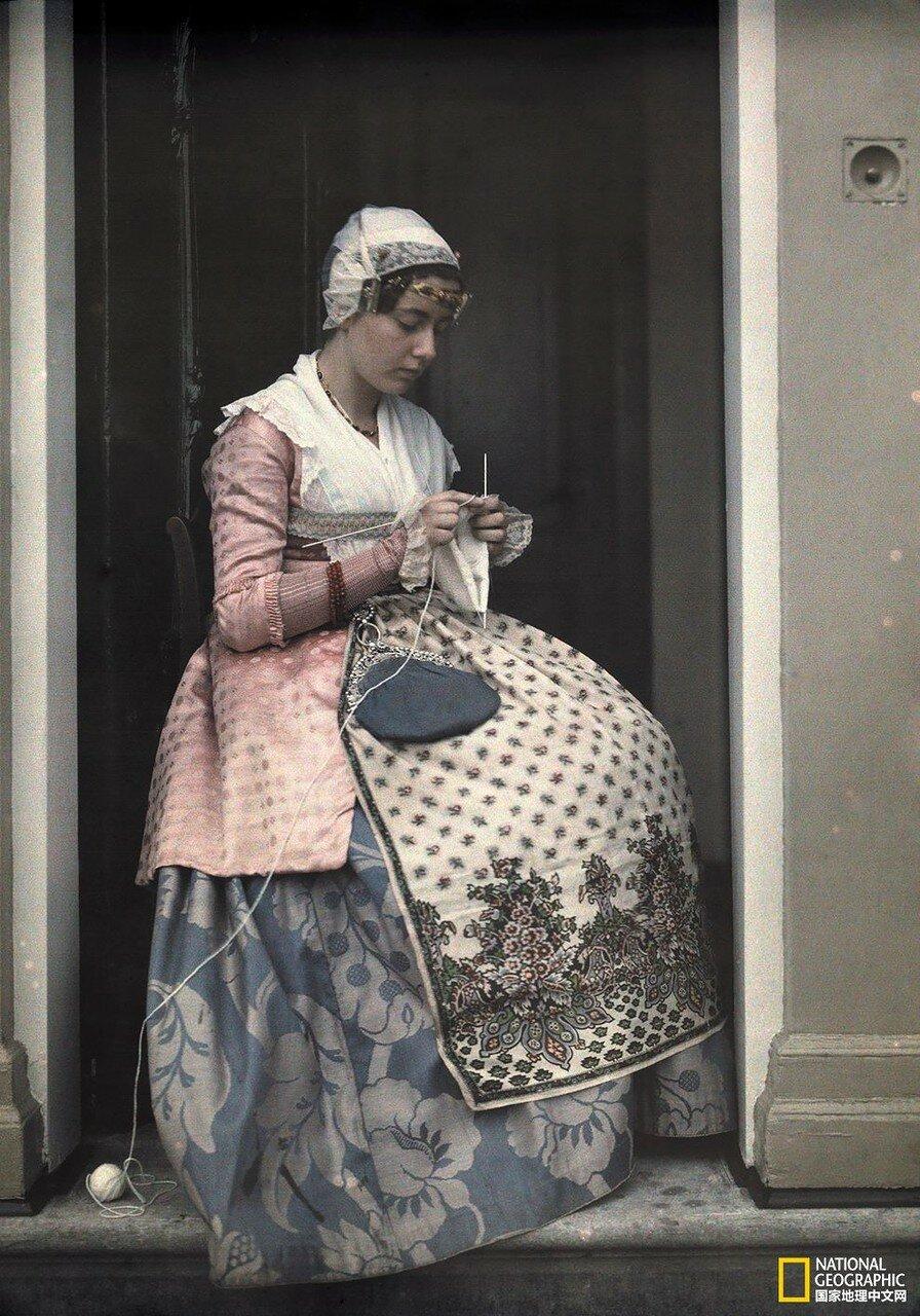 1931. Нидерланды. Молодая женщина, словно сошедшая с картины Старых Мастеров голландской живописи вяжет в Коог ан -де- Заан