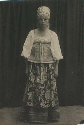 <a href='http://img-fotki.yandex.ru/get/6520/97867398.12/0_7e6de_c6a7ac29_orig.jpg'>1927 г. Костюм чухломской крестьянки. Фото из коллекции Г.И. Лебедева.</a>