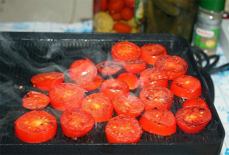 жарим томаты, нарезанные толстыми кольцами