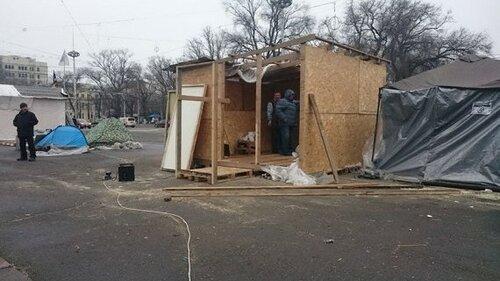 Протестующие в Молдове меняют палатки на деревянные домики