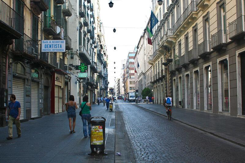 улица Толедо (via Toledo) - за шопингом в плане одежды и обуви именно сюда))