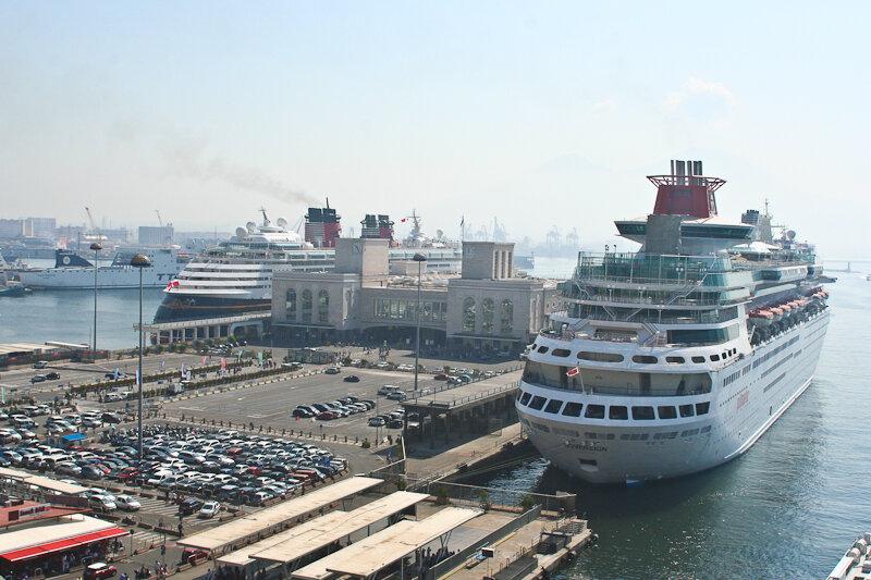 подняться наверх башень – посмотреть на Неаполь и морской порт города.