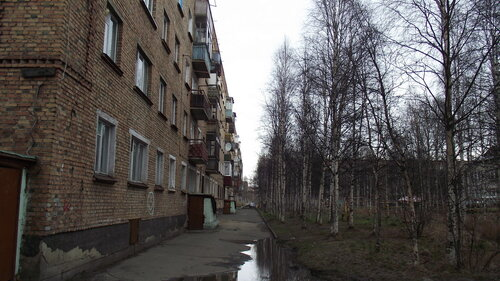 Фотография Инты №2046  Южная сторона дома Мира 27, прямо за деревьями видны очертания Дзержинскаго 29 12.10.2012_13:19