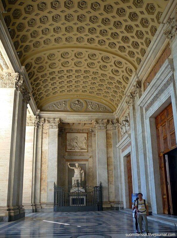 Портик и статуя Константина.