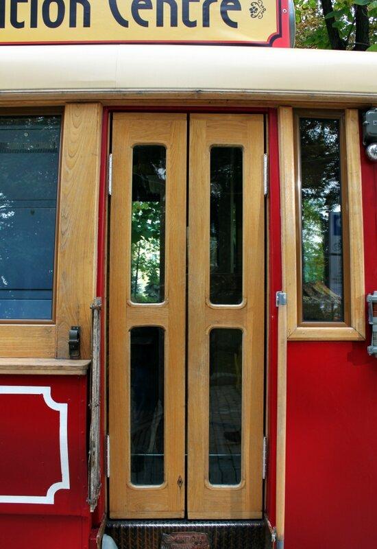 Входная дверь в туристический информационный центр в трамвае