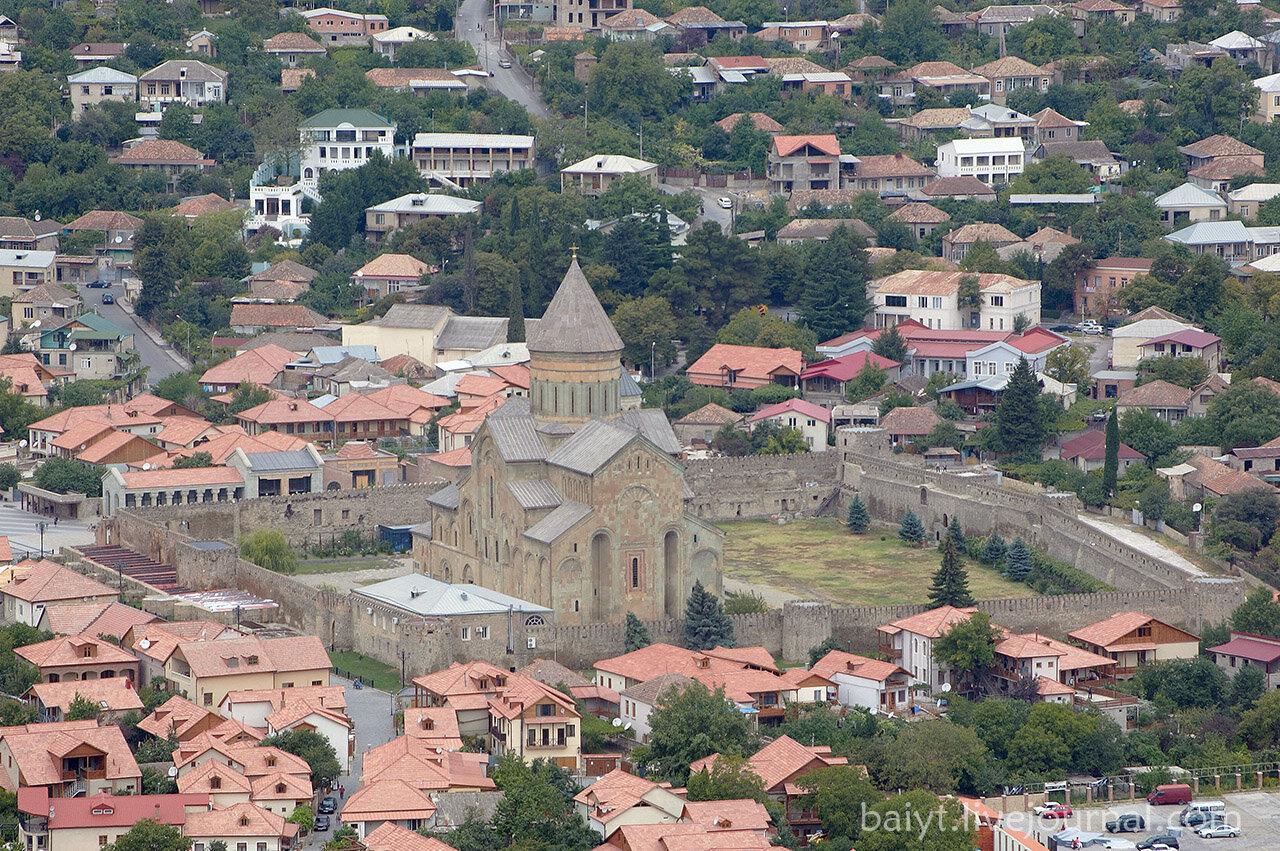 Вид на собор Светицховели и крепость от монастыря Джвари