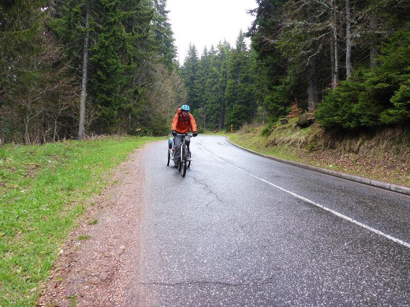 велосипедист на дороге из копаоника в рашку