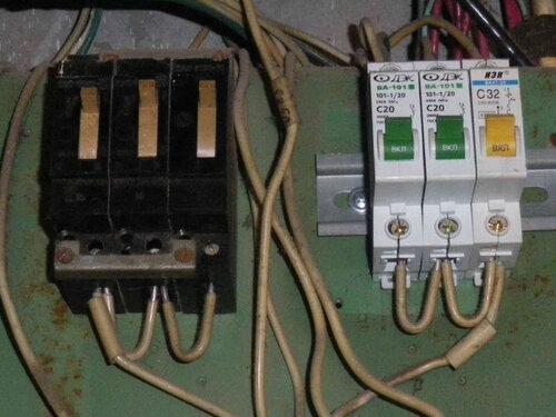 Фото 8. Групповые автоматические выключатели квартир в этажном щите. Слева - советские автоматы АЕ, справа - автоматы современного образца.