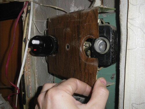 Фото 2. Демонтаж защитной панели квартирного щита. Из-под левого неисправного ПАР панель пришлось буквально выдёргивать.