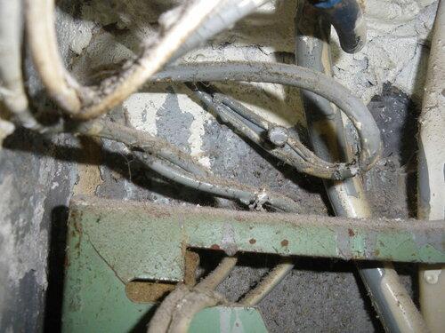 Фото 4. Один из периферических проводов над квартирным щитом зафиксирован с помощью гвоздя. Данный метод крепления проводки особого доверия не вызывает.