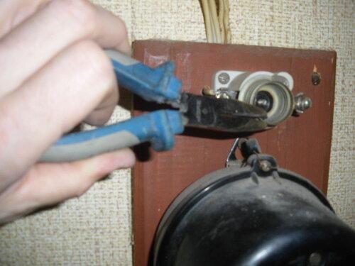 Фото 5. Извлечение застрявшей резьбовой части ПАР из патрона (основания) с помощью утконосов.