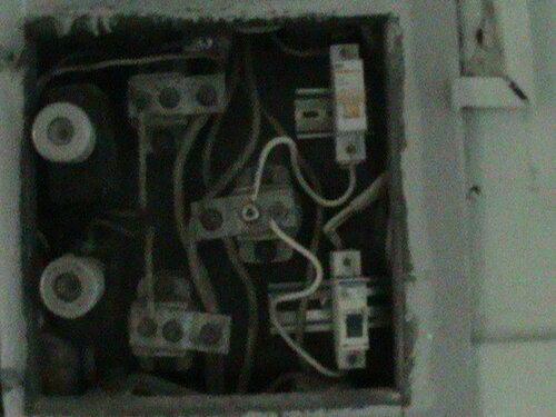 Фото 5. Установка автоматического выключателя современного образца (на DIN-рейку) взамен вышедшего из строя плавкого предохранителя (пробки).