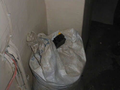 Фото 9. Один из новых автоматов оказался бракованным (сильно дребезжал под нагрузкой), поэтому он был заменён на аналогичный полностью исправный автомат. Бракованный автомат вместе со старыми автоматами типа АЕ отправляется в мешок для мусора.