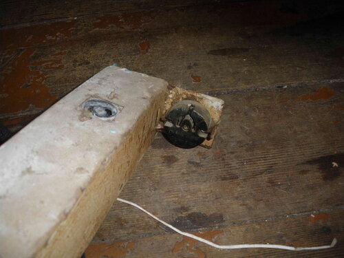 Фото 10. Контактная группа лампы и гнездо стартёра демонтированного неисправного люминесцентного светильника ванной.