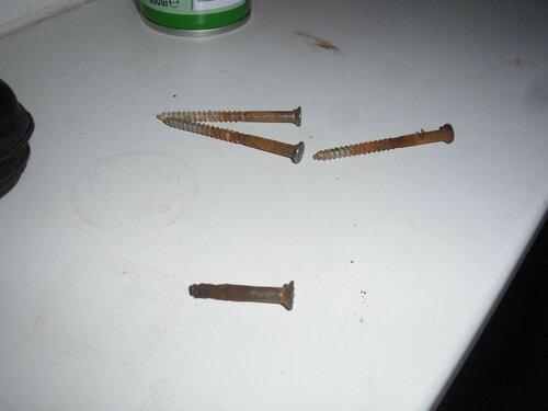 Фото 7. Не все шурупы выкрутились без проблем. Шуруп, принимавший участие в коротком замыкании, сломался.