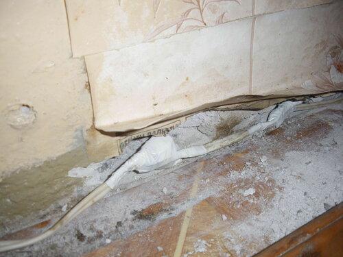 Фото 15. Утолщённый участок условно-стационарной проводки (утолщение обусловлено наличием клеммников «Ваго-222») укладывается в выдолбленную в стене нишу.
