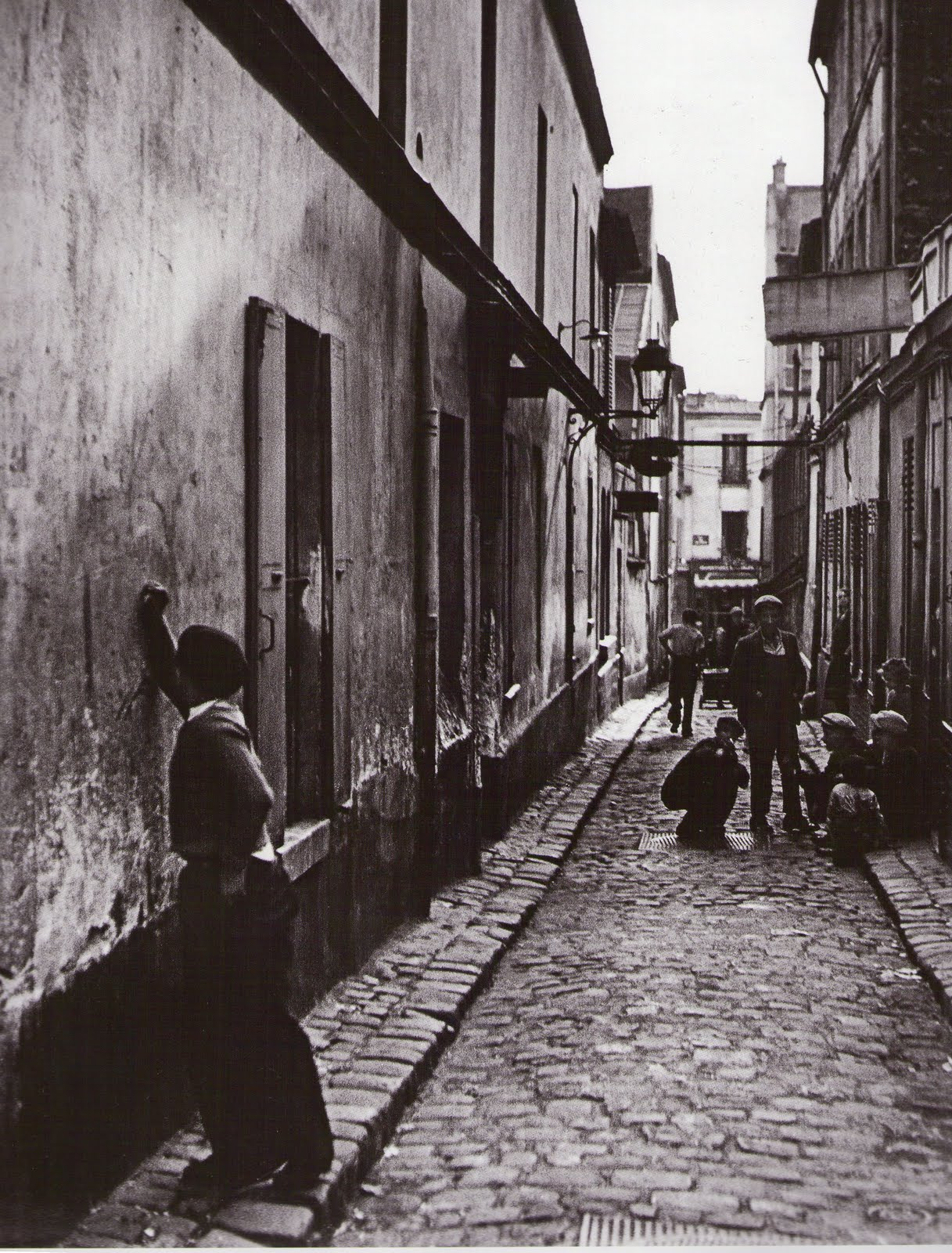 1930-е. Мальчик рисует граффити на стене в бедном районе Парижа
