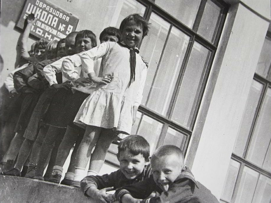 1936. Эммануил Ноевич Евзерихин. Пионеры из образцовой школы №9