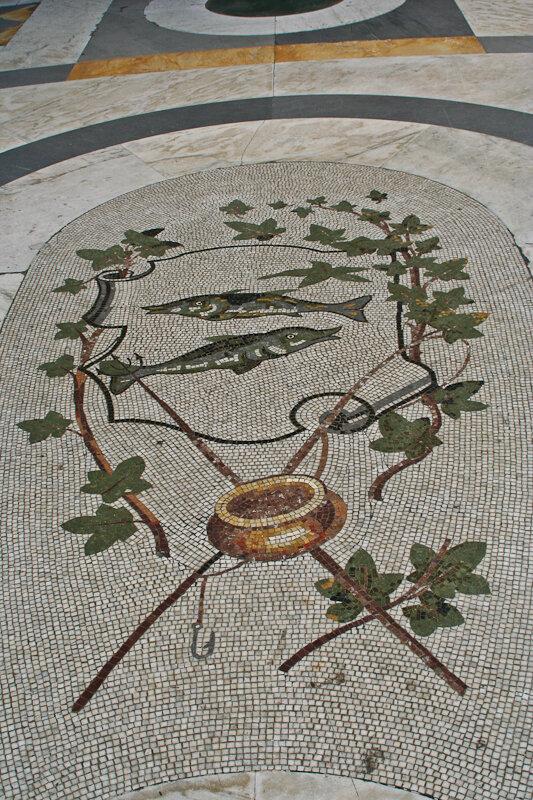 мозаика со знаками зодиаками и компасом со сторонами света