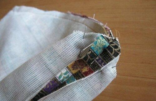 Тоже проделываем с подкладкой сумки, при этом один бок подкладки стачиваем не полностью, оставляя место для...