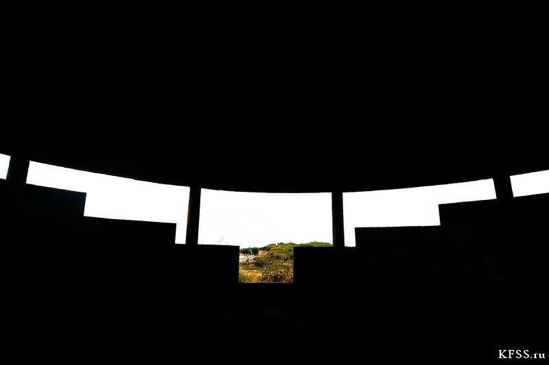 Интерьер заброшенной гостиницу Восточного порта у моря во Врангеле