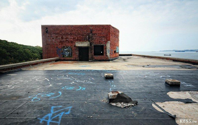 Вид  с крыши на заброшенную гостиницу Восточного порта у моря во Врангеле
