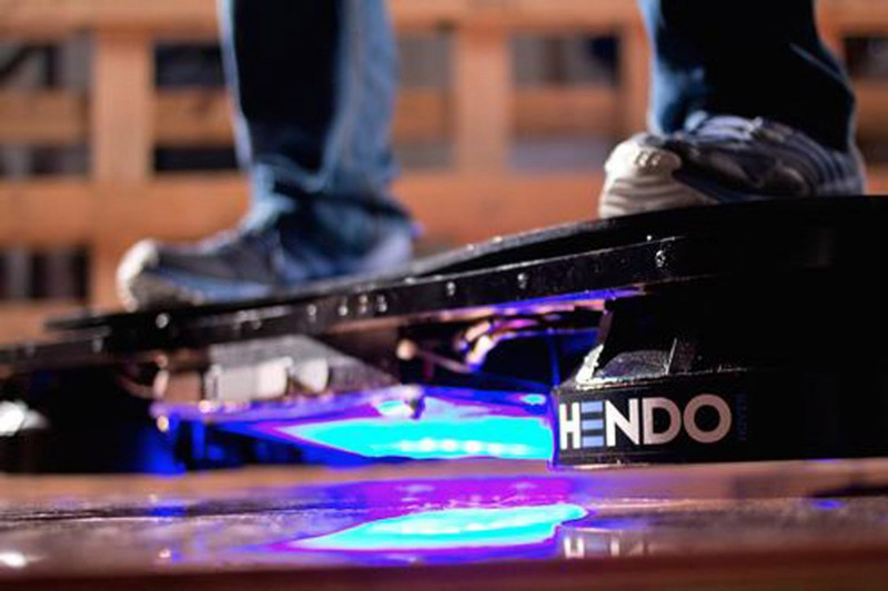 Парящий в дюйме над землей скейт Hendo оснащён четырьмя дискообразными двигателями, которые создают