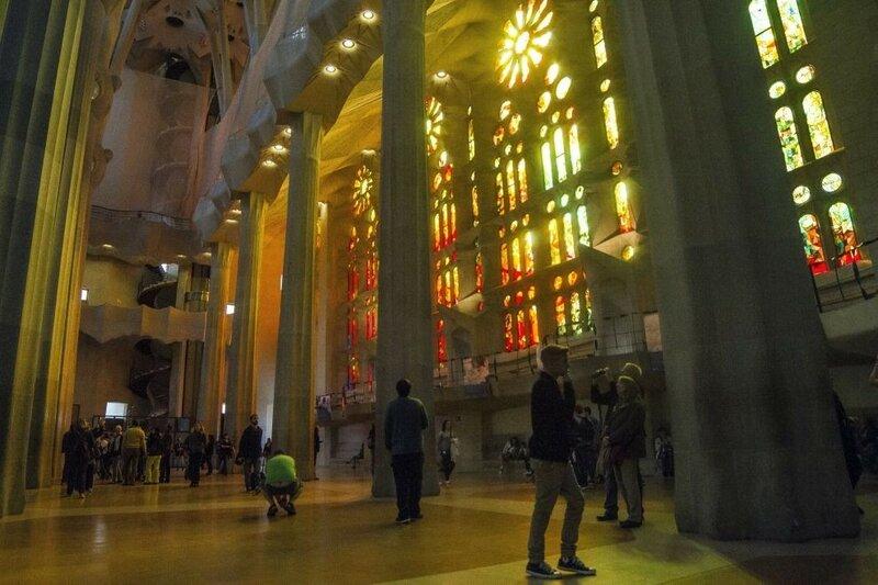 Многочисленные посетители Храма Святого Семейства ходят, подняв головы. Тут и вправду голова идёт кругом — величие собора поражает. (Фото: GETTY IMAGES/Albert Llop /Anadolu Agency).