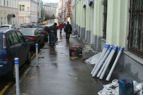 Установка столбиков в Подколокольном переулке