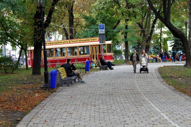 Туристический трамвай на аллее парка Шевченко