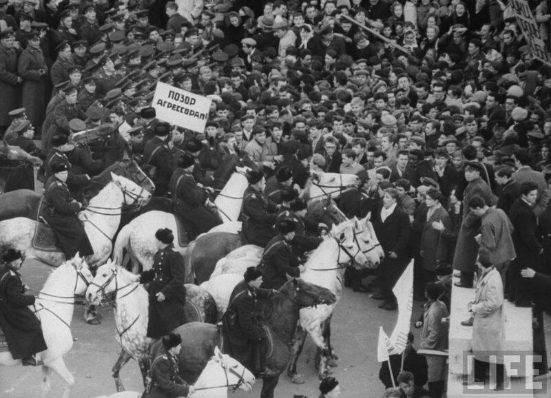 1961 год. Студенческие демонстрации в Москве против вторжения на Кубу поддерживаемых американцами повстанцев.