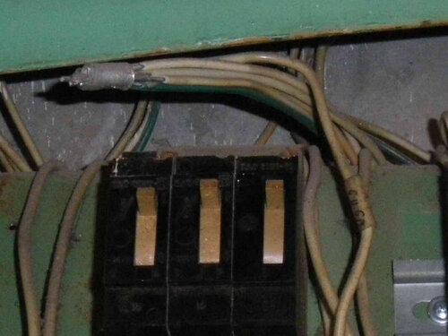 Фото 3. Этажный щит. Оголённая гильза, соединяющая нулевые проводники одной из квартир.