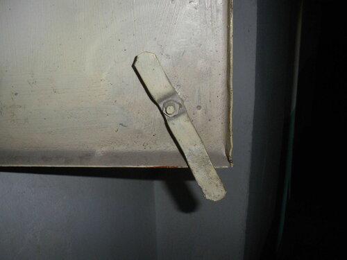 Фото 6. Защёлка этажного щита. Вид с тыльной стороны двери.