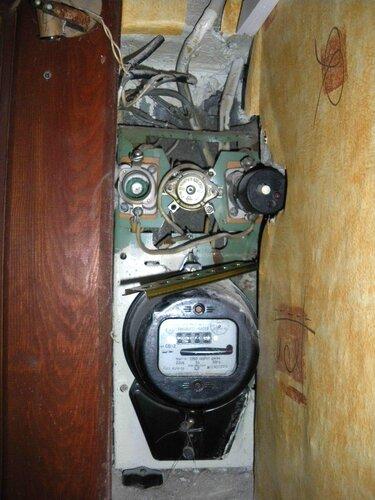 Фото 1. Квартирный щит. Общий вид. Вышел из строя пакетный выключатель.