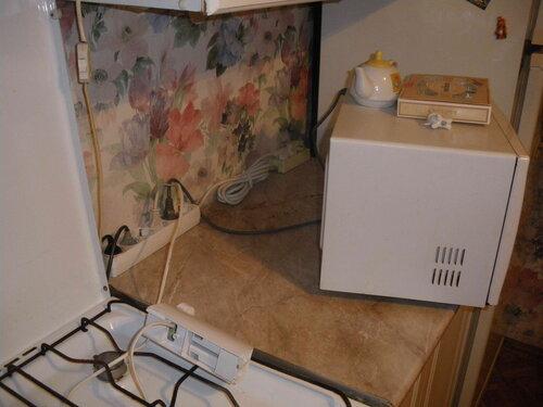 Фото 8. Рабочая зона кухни. Огромное количество бытовой техники подключено к сети с помощью удлинителя, не рассчитанного на такие нагрузки.