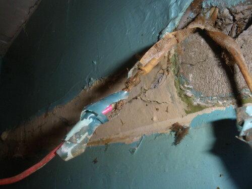 Фото 6. Некорректное удлинение стационарного провода. Крупный план.