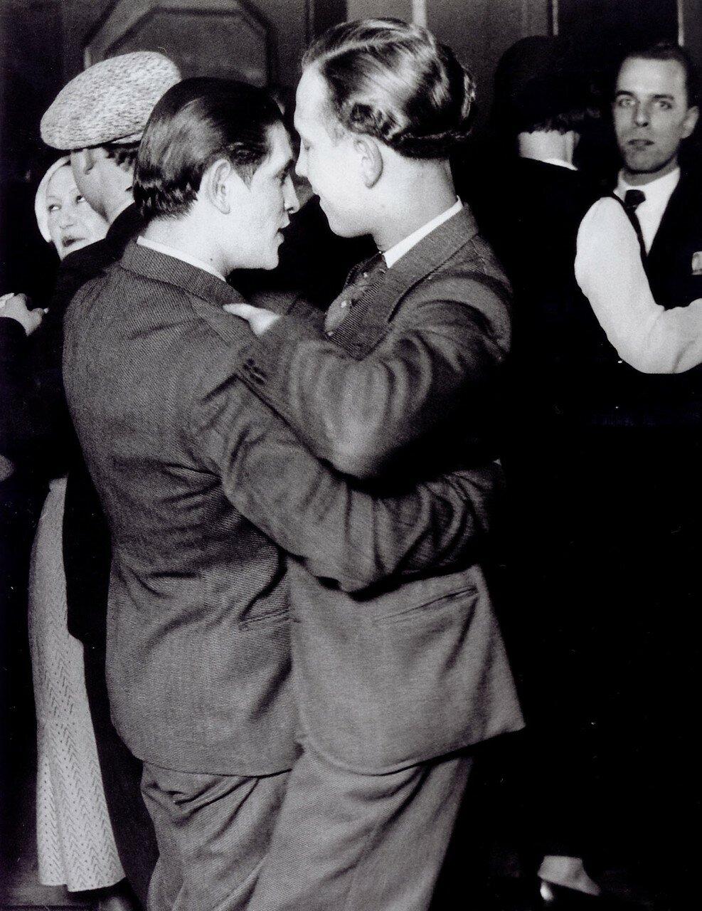 1931. Гомосексуальная пара в дансинге «Монтань Сен-Женевьев»
