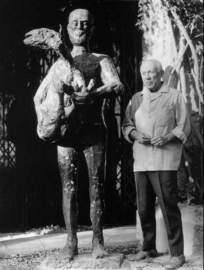 Пикассо возле статуи «Человек с овцой»