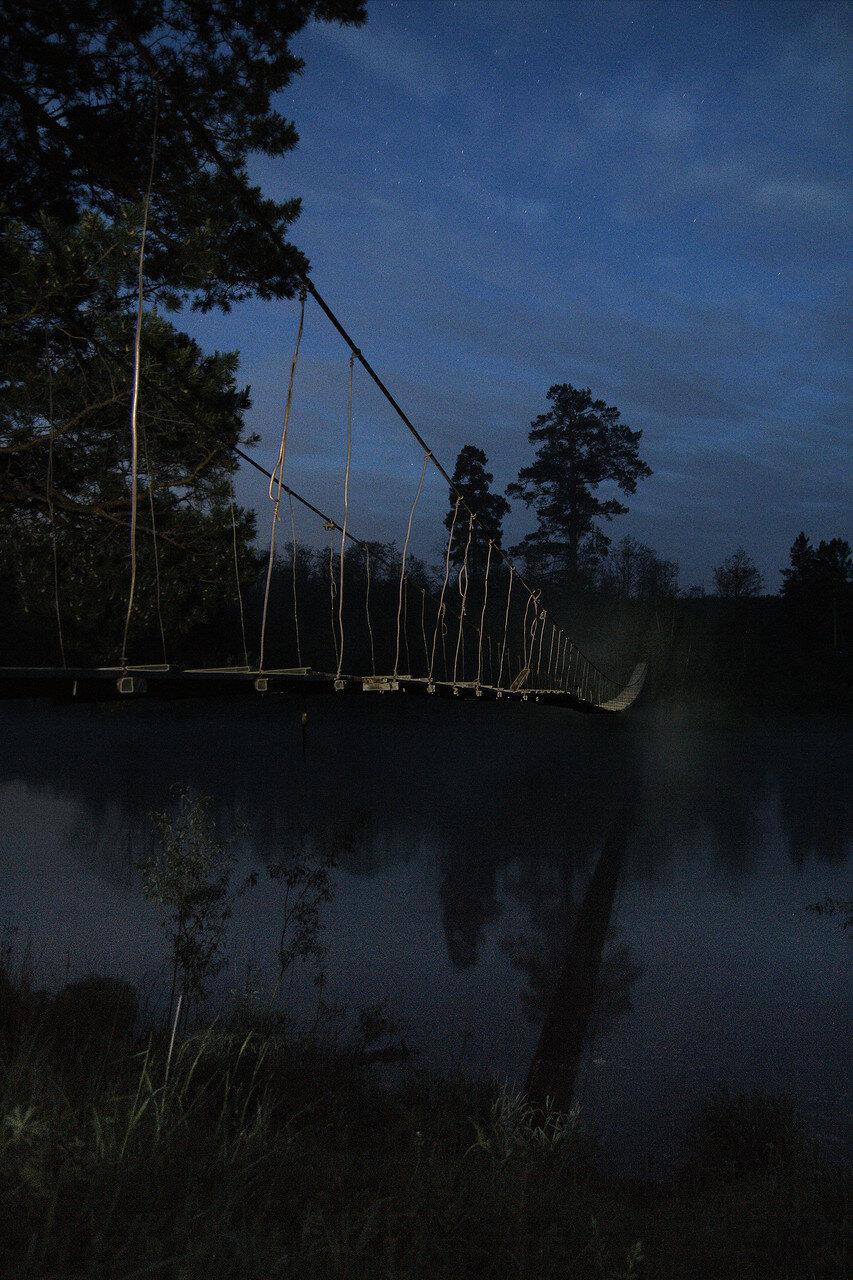 Висячий мост на реке Ай ночью