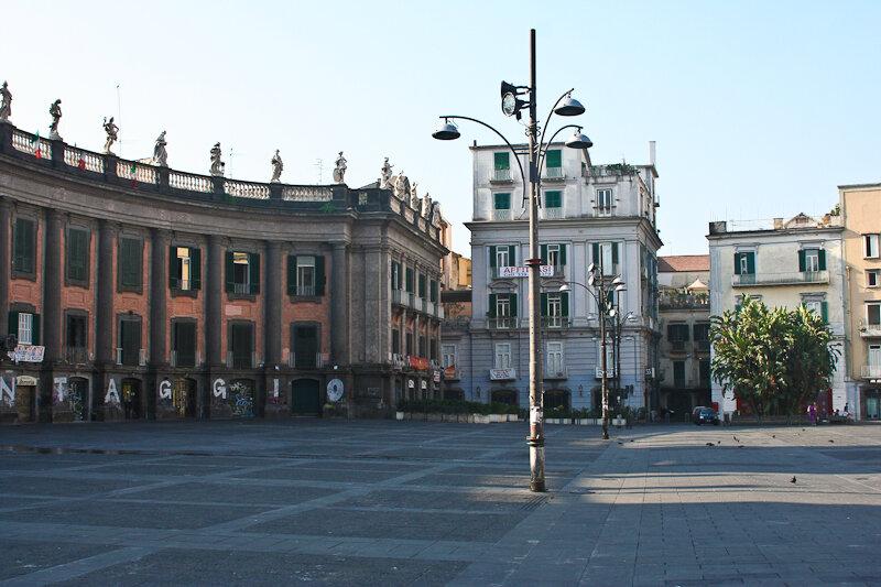 Площадь Данте (Piazza Dante) около виа Толедо, рядом с которой я и жила.