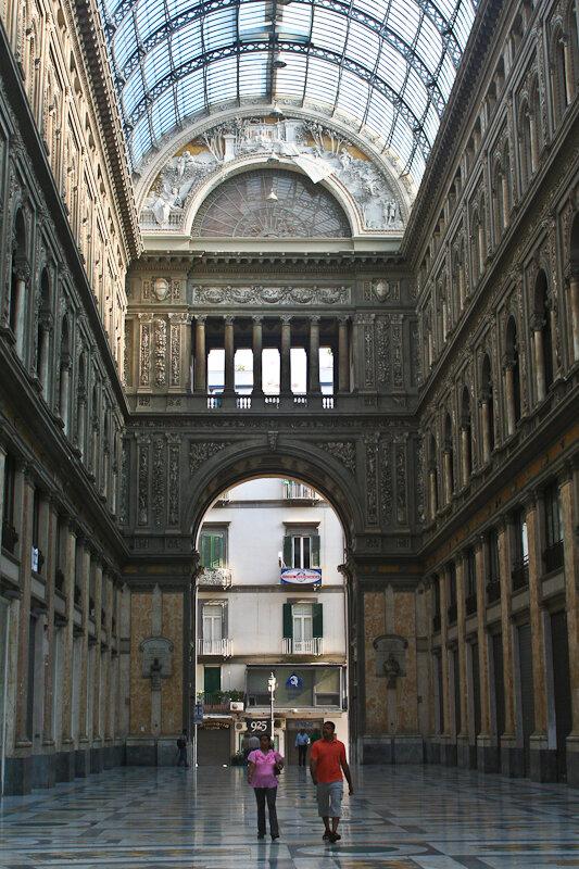 В Неаполе есть место, фантастически напоминающее .. Москву!))