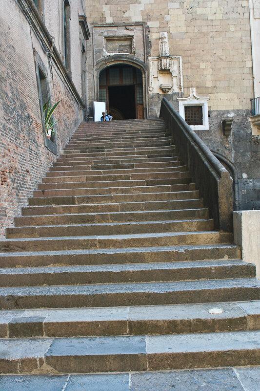 Вот парадная лестница, ведущая в этот Зал Баронов.