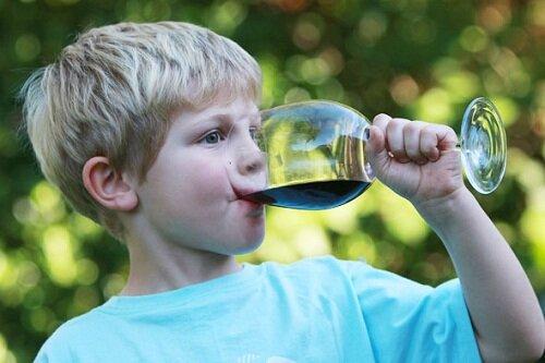 В Англии 2-летний малыш выпил полстакана виски вместо сока