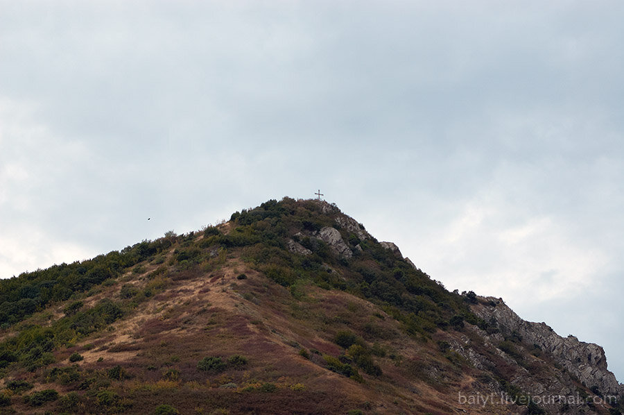 Виды с балкона гестхауза. Крест на вершине горы напротив дома