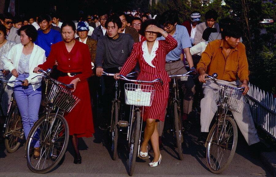 1985 Bicyclists wait for traffic on Changan Avenue, Beijing.jpg