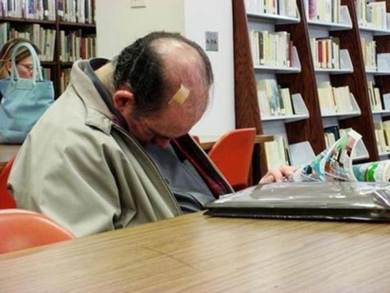 Фотографии людей, уснувших в библиотеке