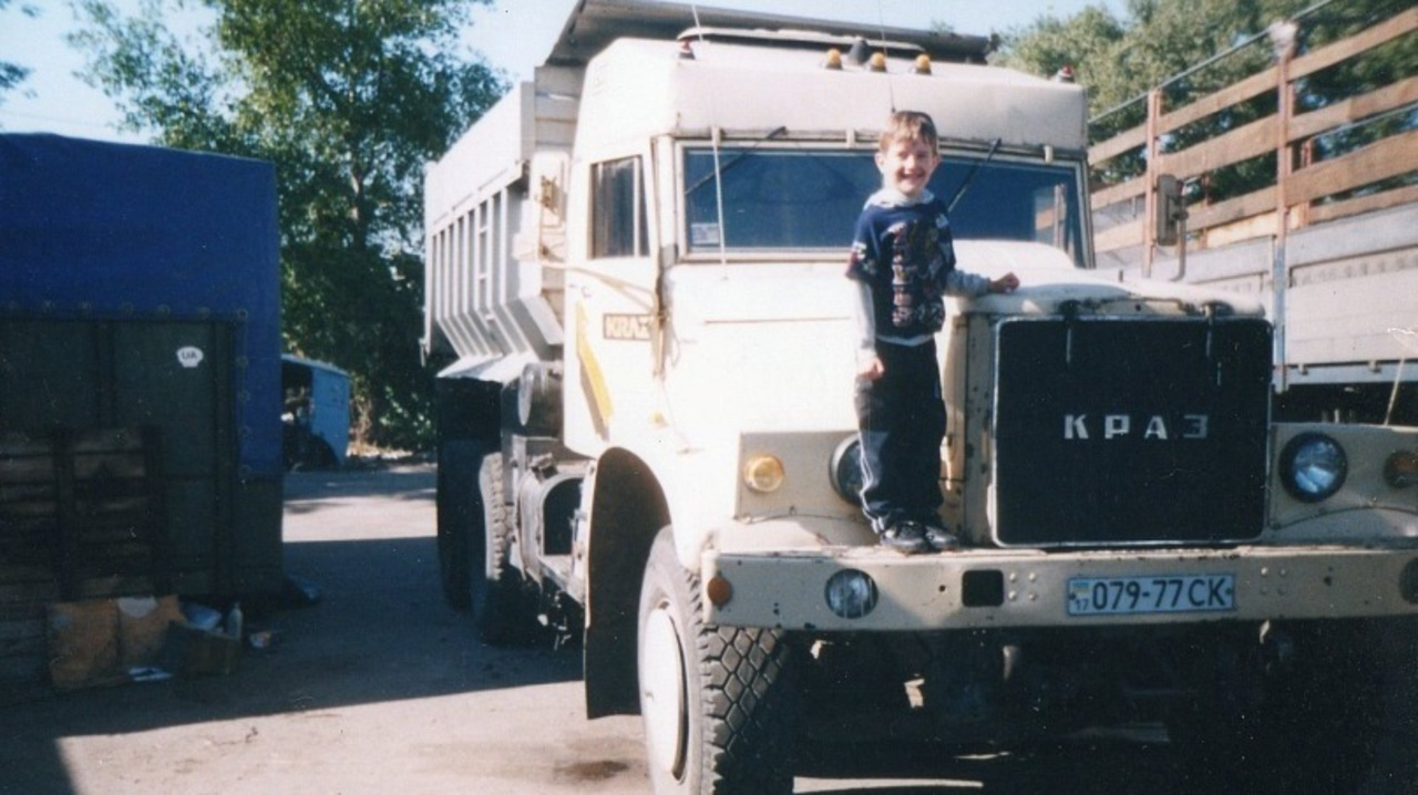 Как только грузовик был доставлен к дому, в его подкапотное пространство была установлена 240-сильна