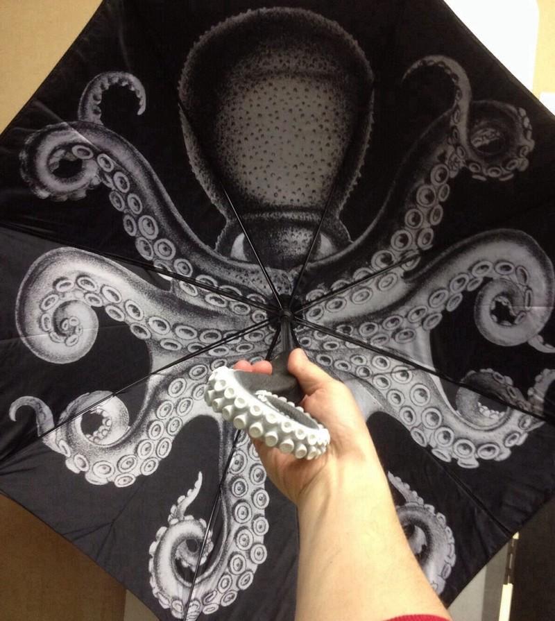 14. Зонт «Осьминог» Зонт с реалистичным изображением осьминога на внутренней стороне и ручкой в виде