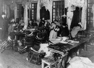 Изготовление седел на кожевенном заводе А.А.Парамонова.