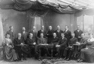 Группа служащих правления товарищества.